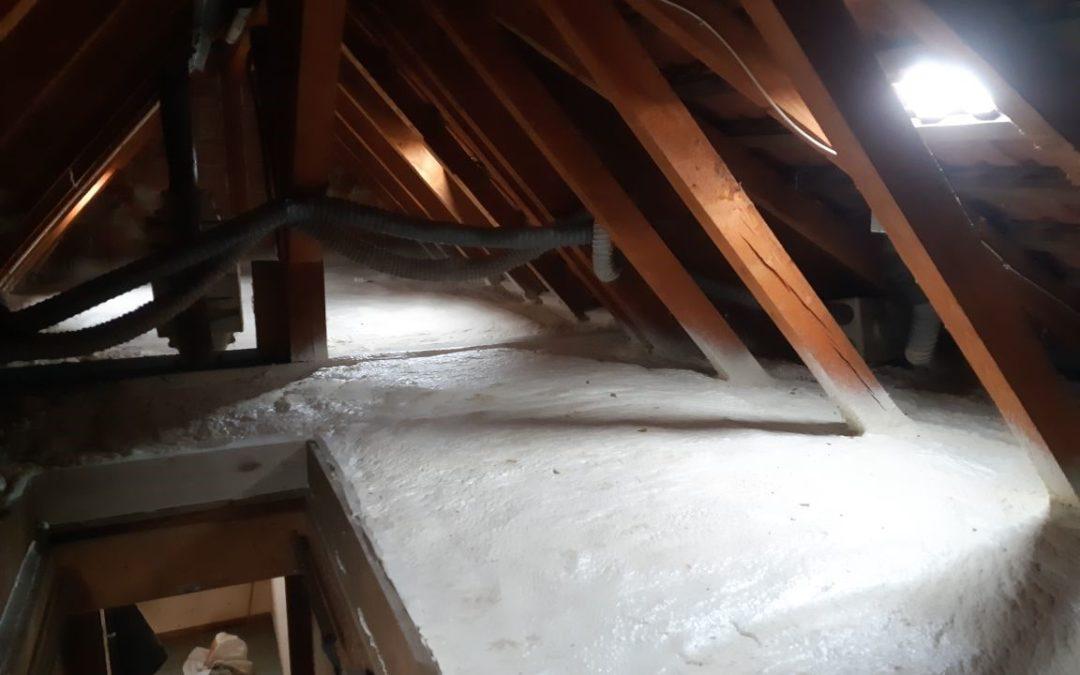 Isolation de plancher de comble par projection de mousse PU
