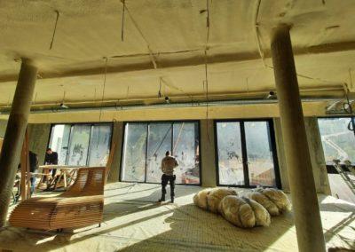 Isolation de plafond en sous-face de dalle d'une piscine par projection de mousse polyuréthane au Clos des délices à Ottrott
